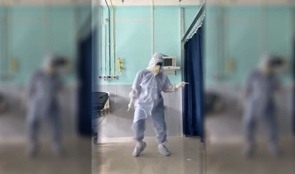 A doctor in India dances to cheer up his COVID-19 patients, in full PPE