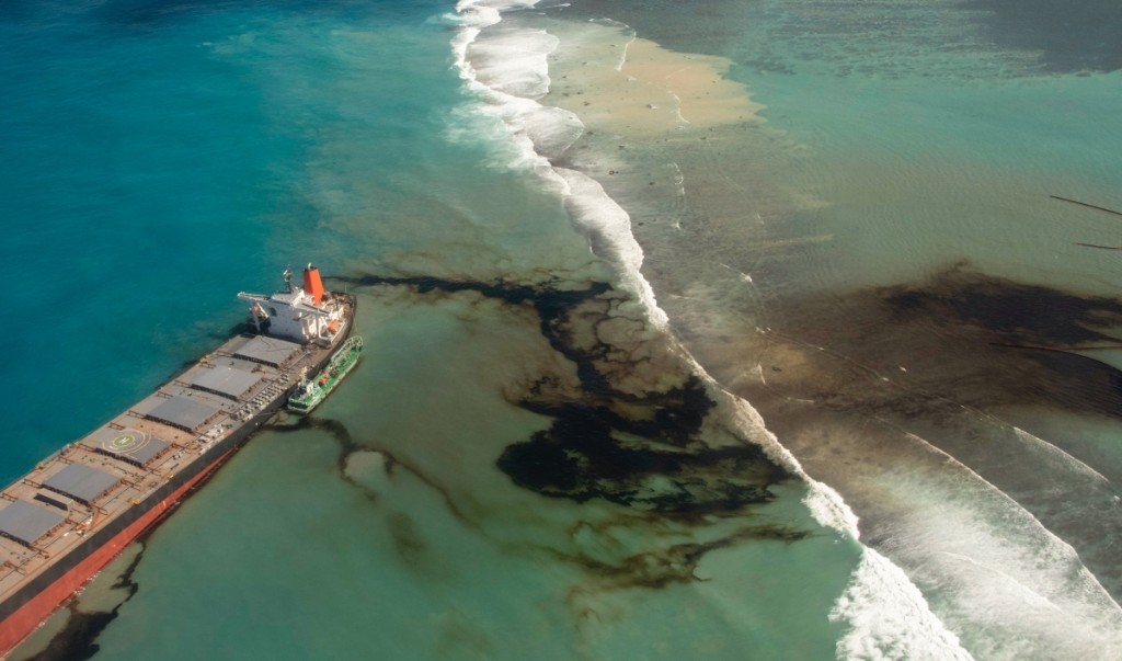 Mauritius rushes to stave off oil spill