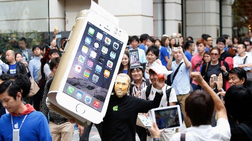 Apple fanboys are finally admitting Steve Jobs was wrong about huge phones