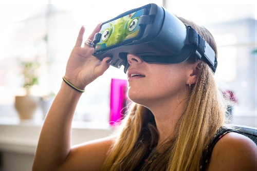 Dementia is difficult to spot early. Researchers think VR can help.