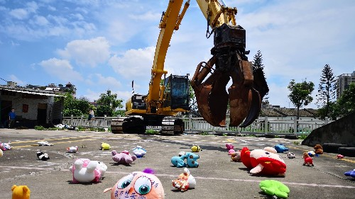 Photos: An artist shows the eviction of migrant children as real-life claw arcade game