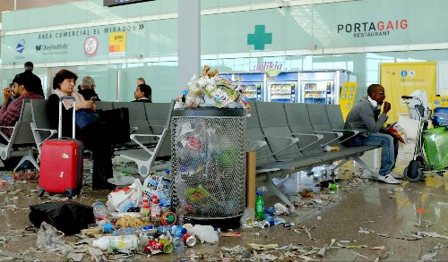What happens when airport cleaning staff stop picking up after us, in horrifying photos