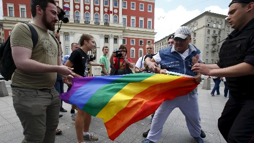 Russian deputies want to ban public displays of affection between gay people