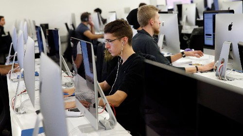 US professors aren't getting any more accepting of online learning—but students definitely are