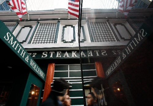 A New York steakhouse famed for power dining won't host this year's $4.6 million Buffett lunch