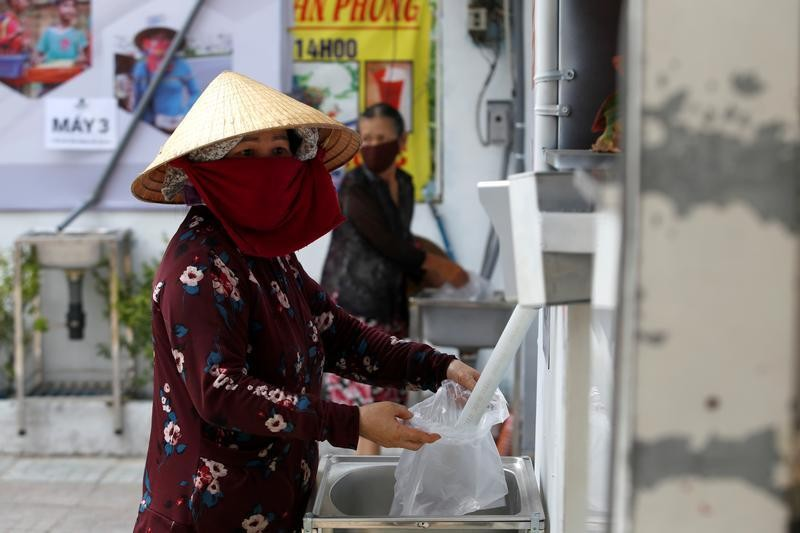 'Rice ATM' feeds Vietnam's poor amid virus lockdown