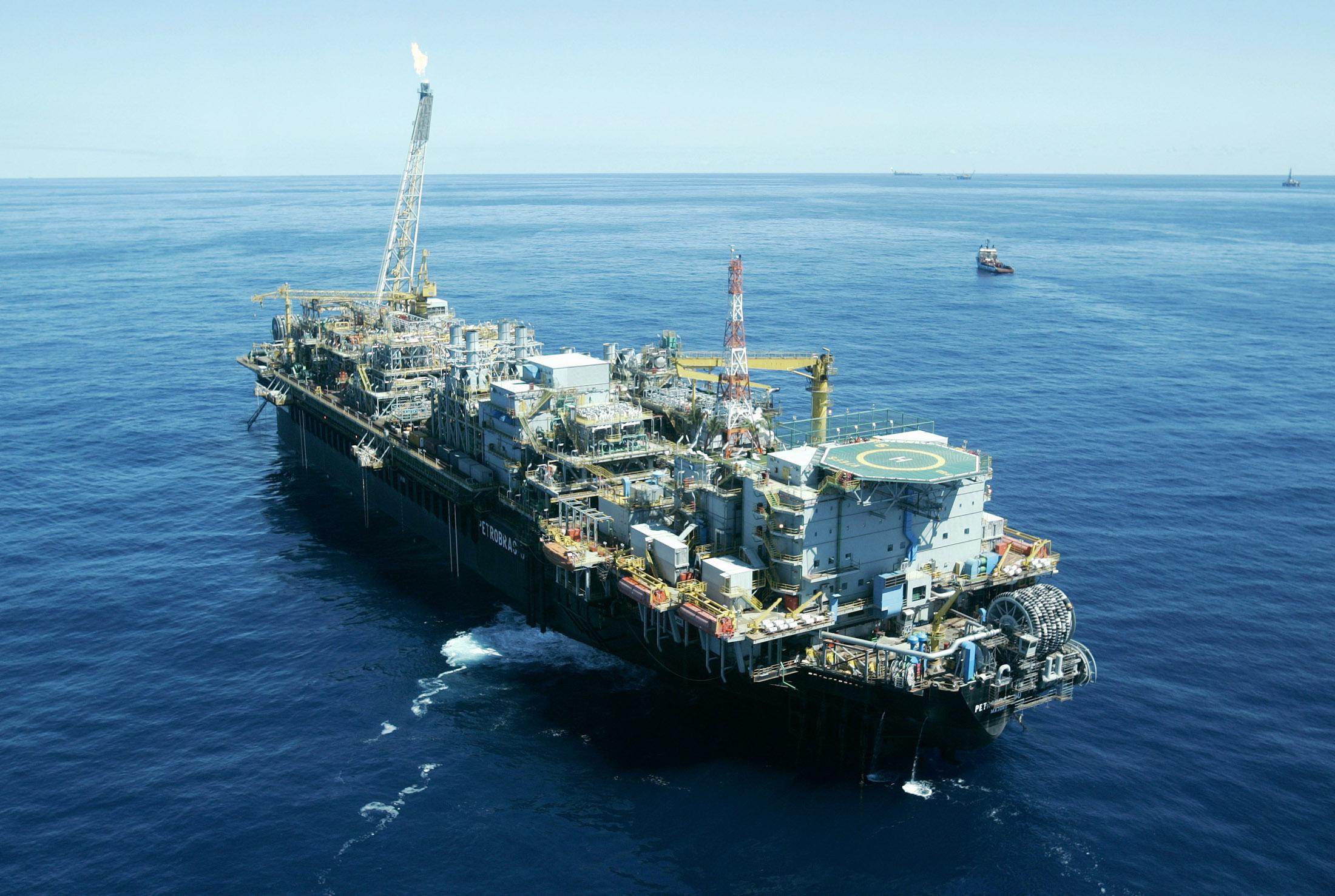 Petrobras aponta trincas em plataforma em Campos; retira funcionários