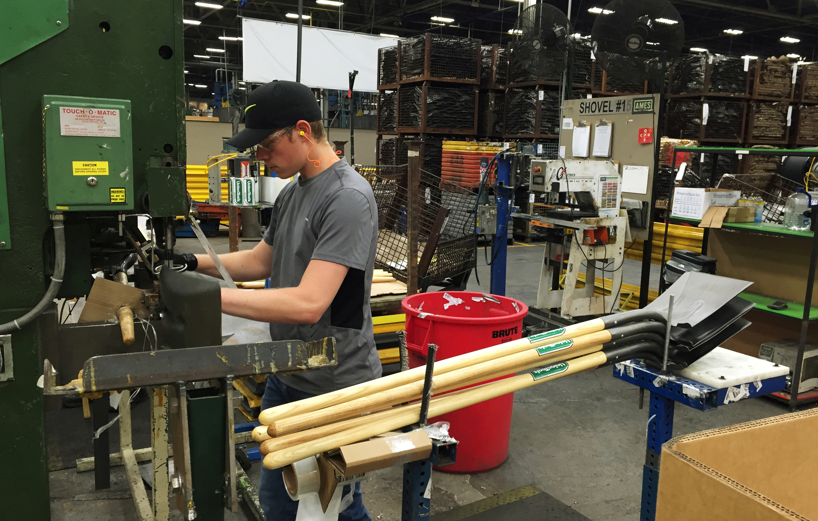 U.S. manufacturing production rebounds, outlook remains weak