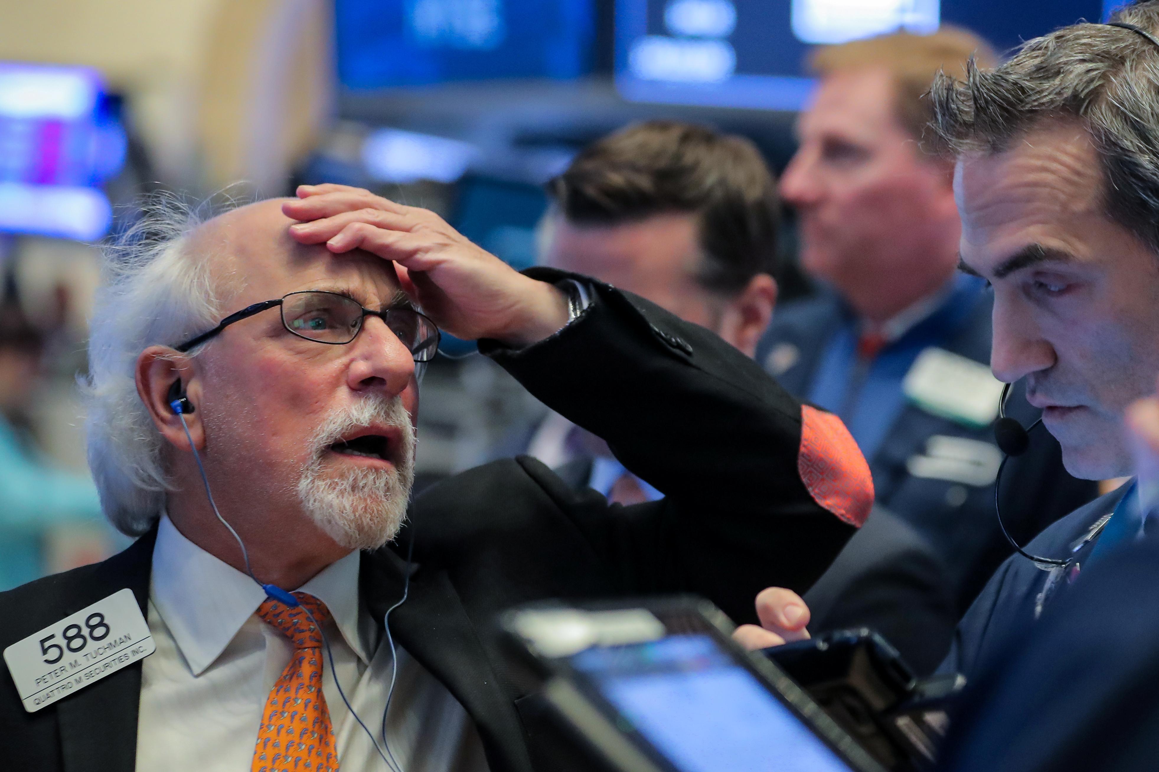 Wall St abre a la baja por resultados dispares de minoristas y caída de empresas pujantes