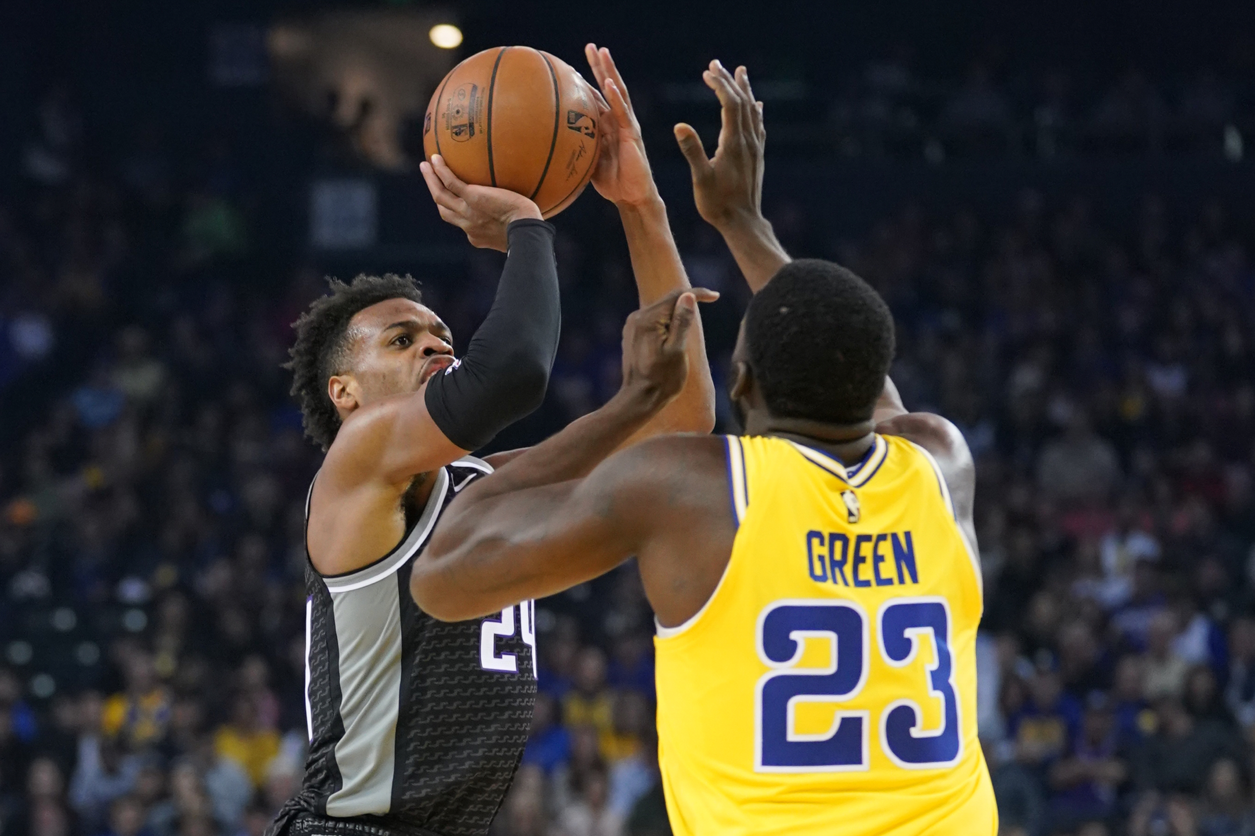 Curry scores 36 as Warriors hold off Kings