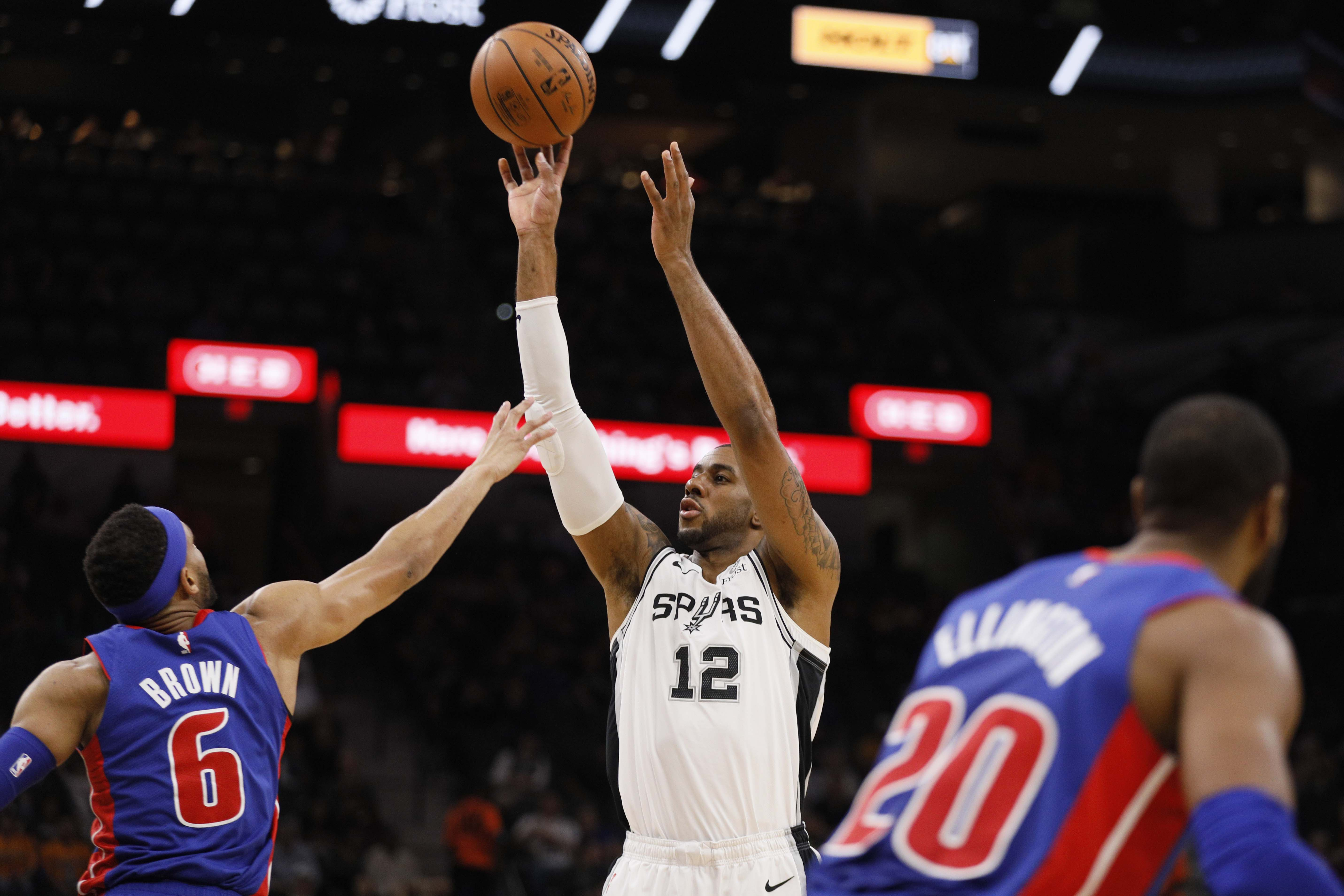 Aldridge leads balanced attack as Spurs beat Pistons