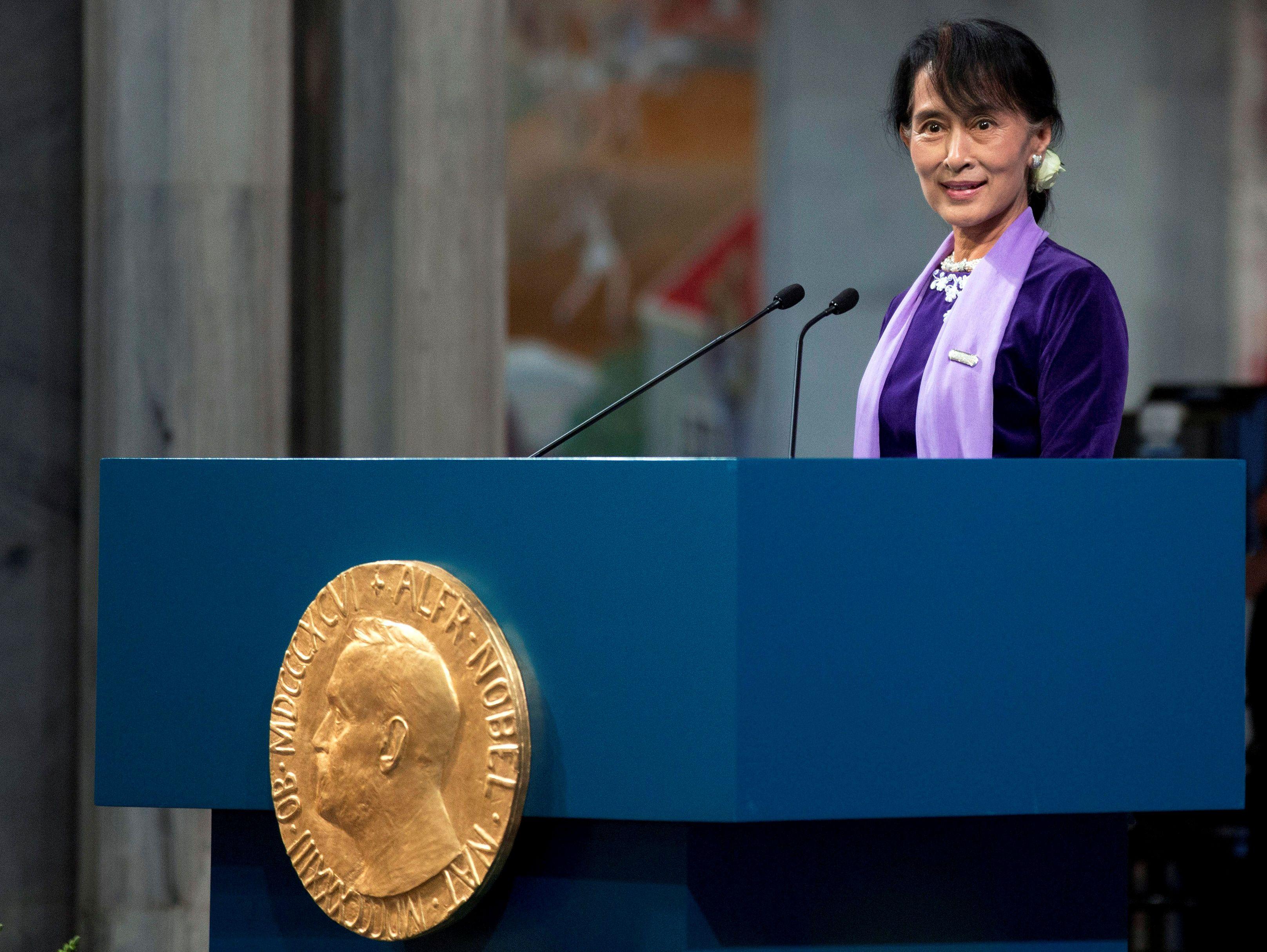 Myanmar leader Suu Kyi departs for genocide hearings amid fanfare at home