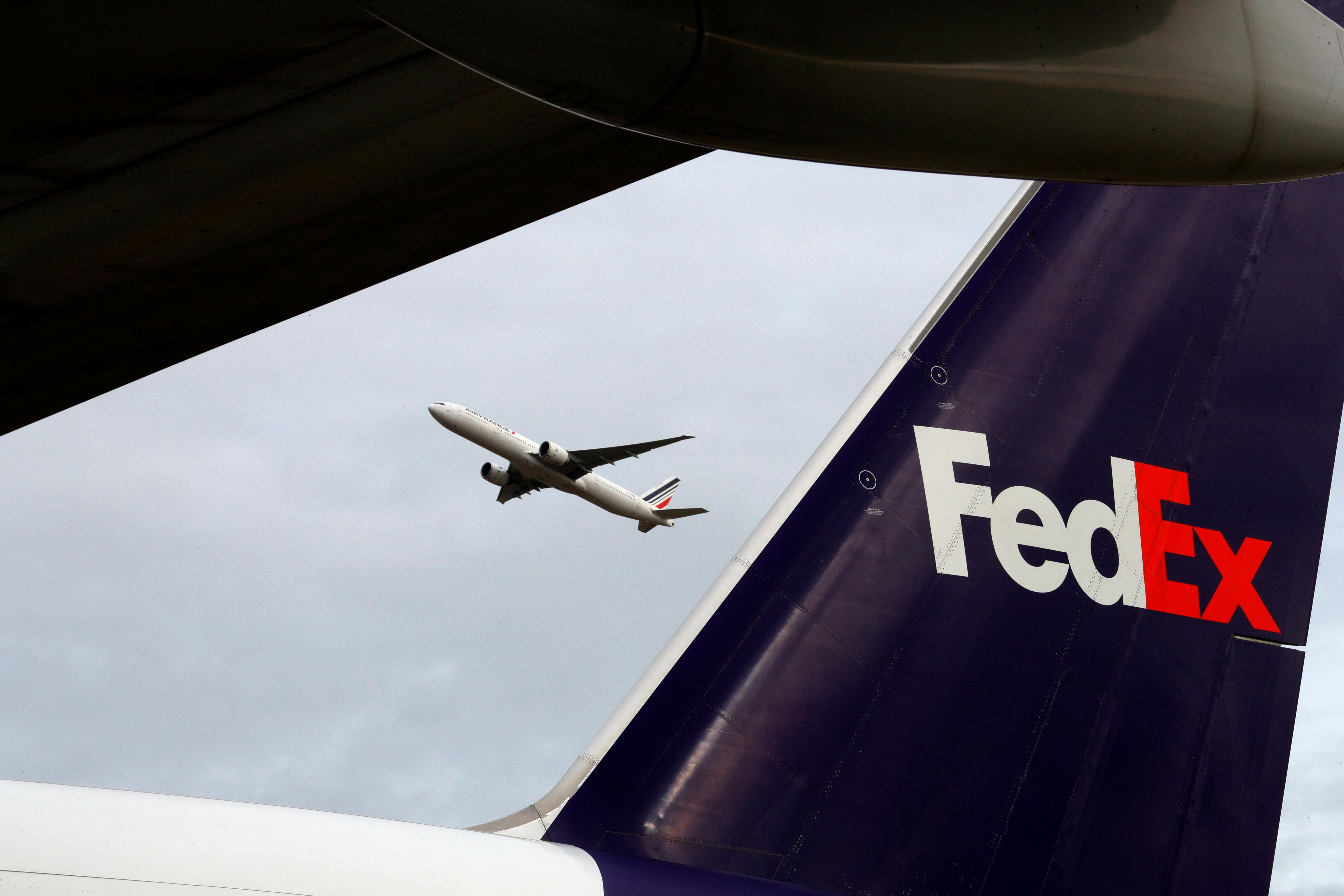 """Huawei revisa su relación con la estadounidense FedEx tras el """"desvío"""" de envíos"""