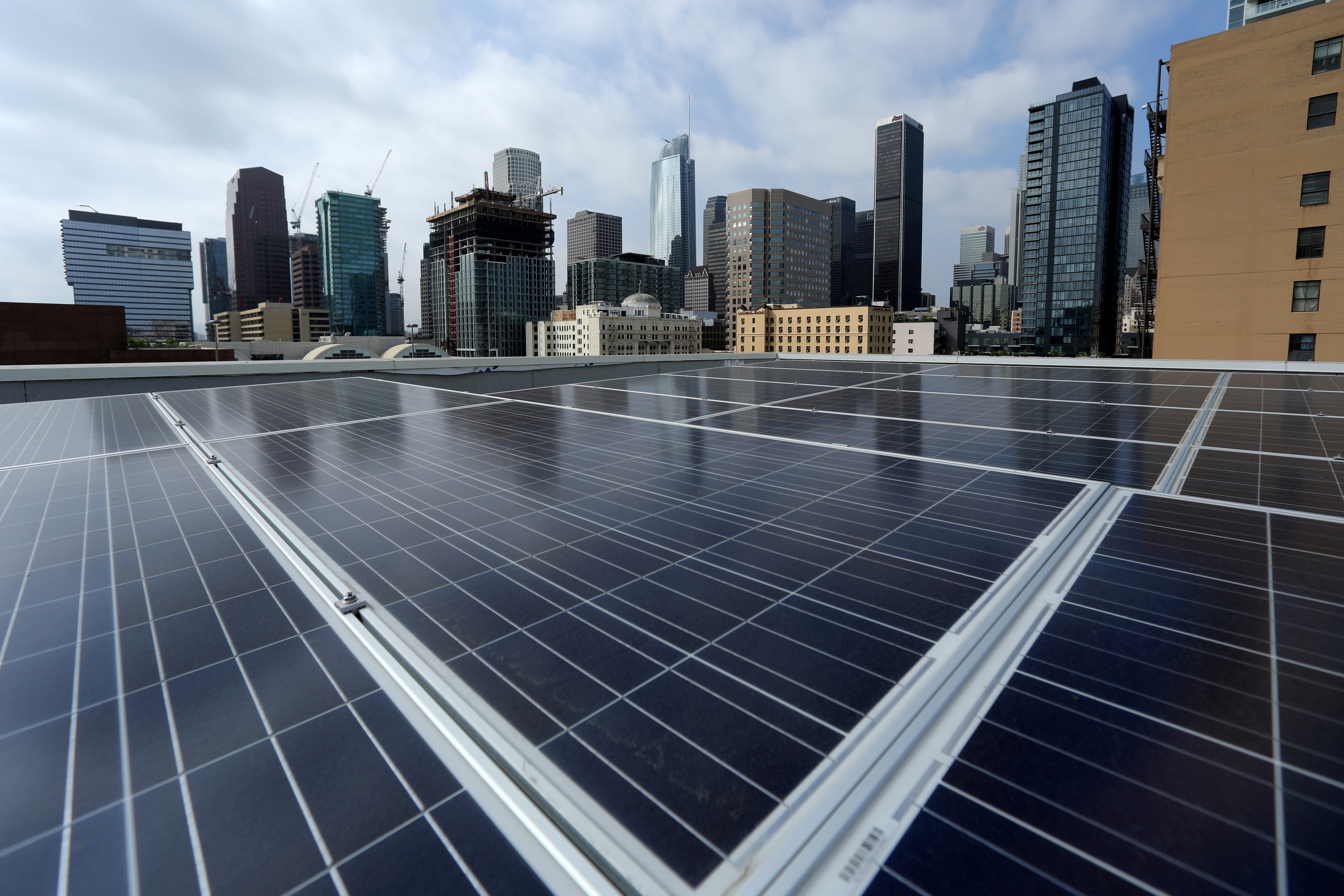 U.S. solar installation outlook brightens on falling costs: report