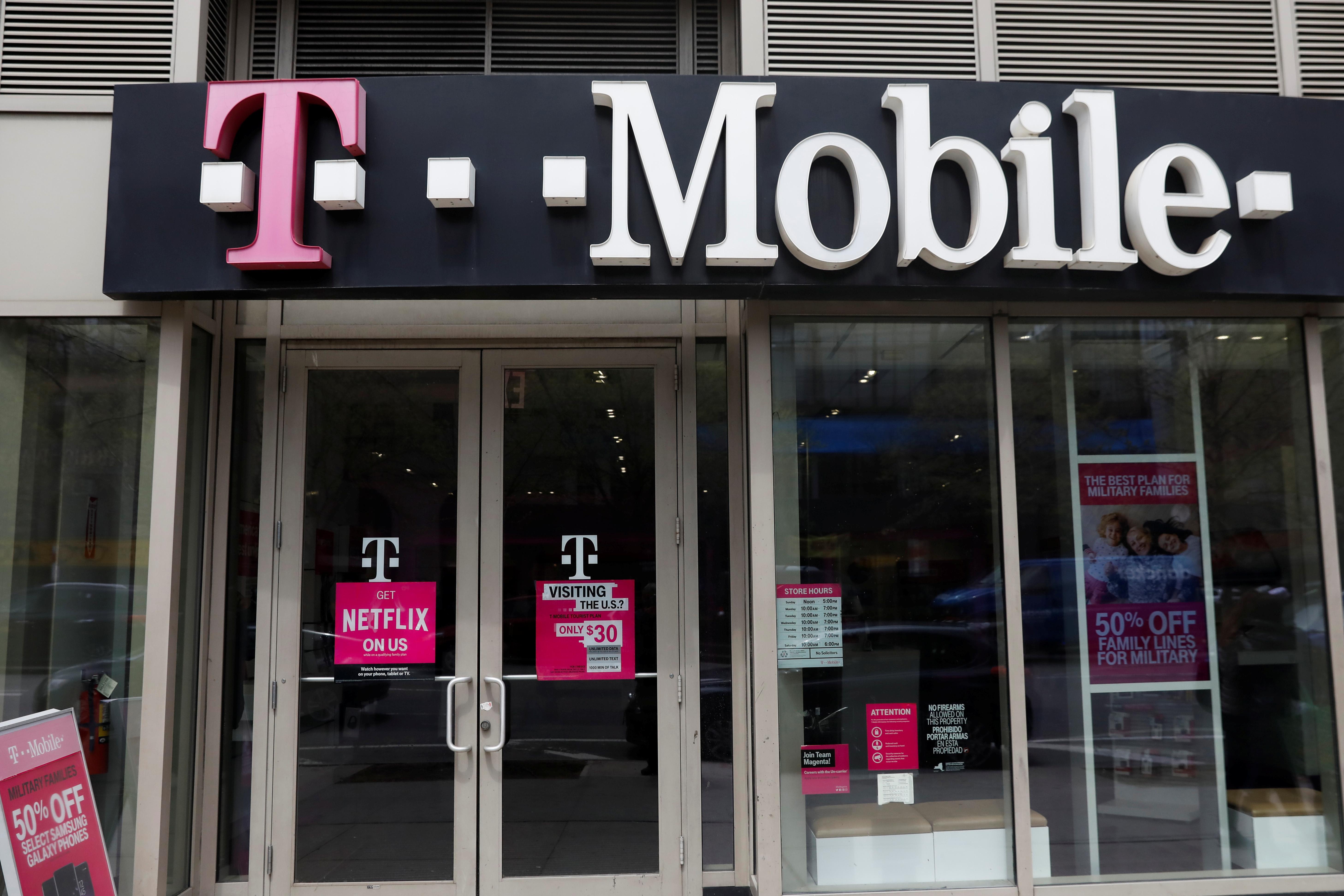 Chairman of U.S. telecoms regulator backs T-Mobile, Sprint merger
