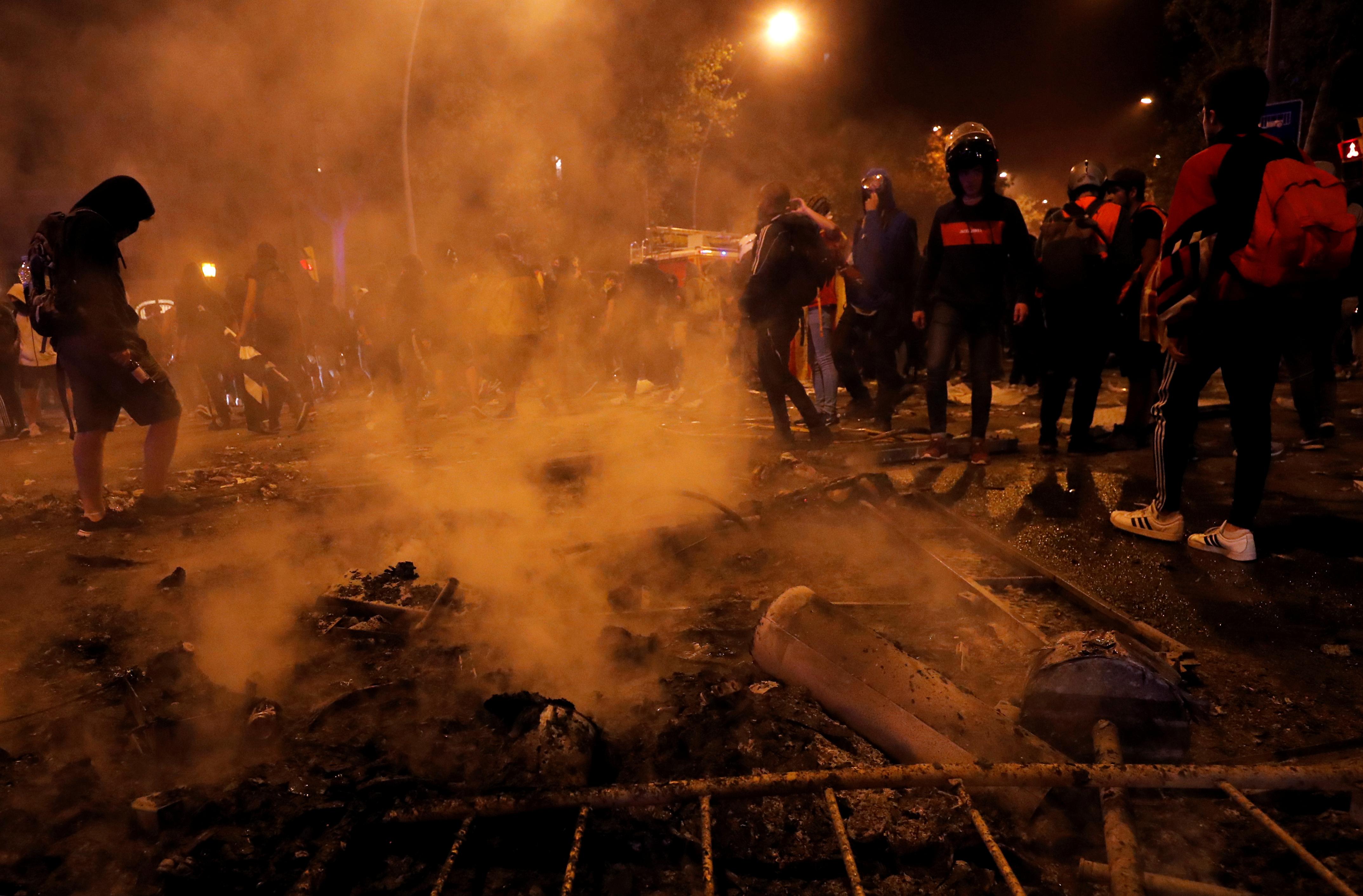 Carros são incendiados em Barcelona e manifestantes ignoram pedidos de calma