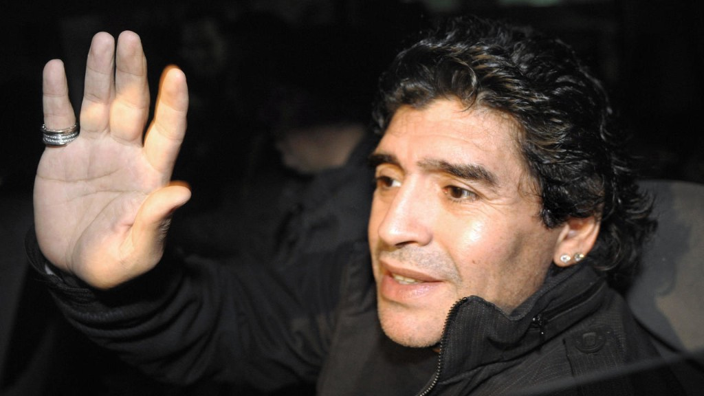 La planète football salue la légende Maradona