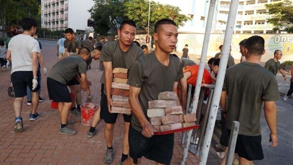 Hong Kong: l'armée intervient pour nettoyer les rues, une présence symbolique