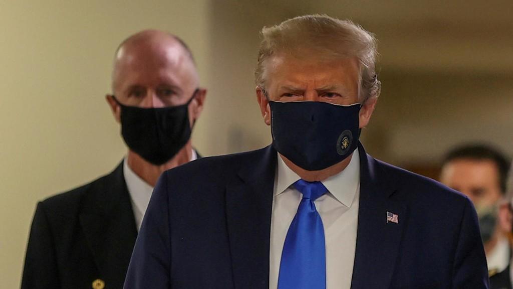 Coronavirus: Donald Trump porte le masque pour la première fois en public