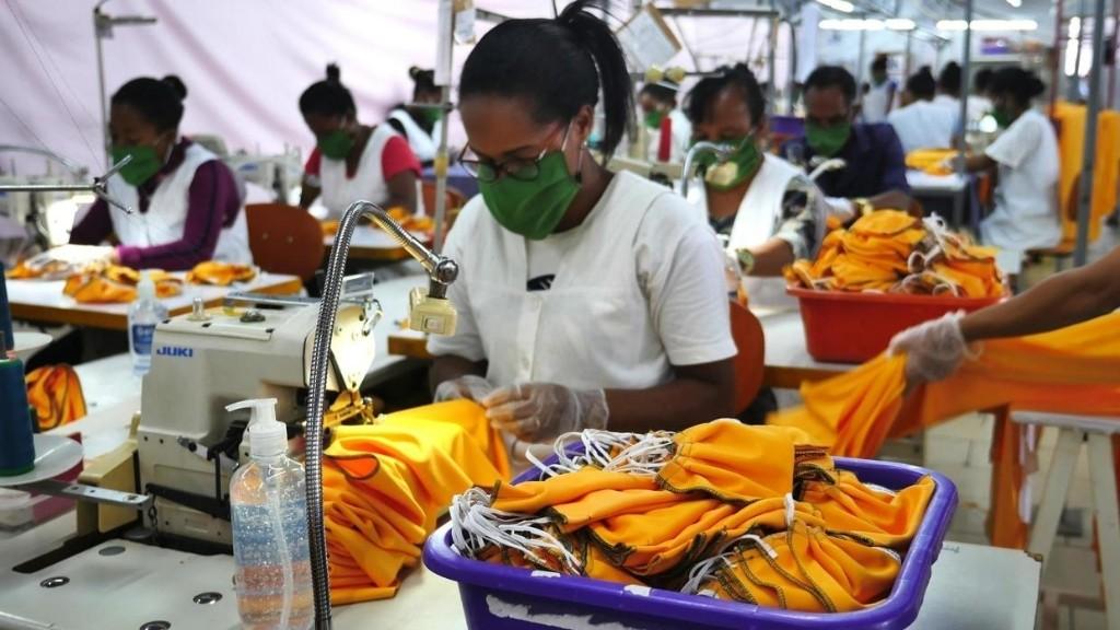 Reportage Afrique - Madagascar: la haute couture s'implique dans la fabrication de masques