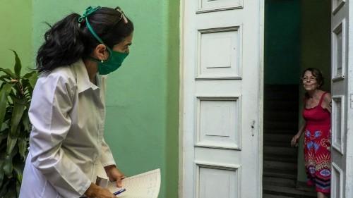 Noticias de América - En Cuba, estudiantes van de puerta en puerta para detectar a pacientes con COVID-19
