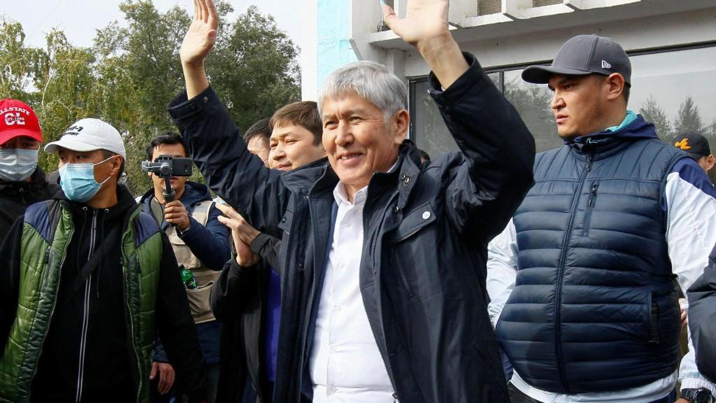 В Кыргызстане суд отменил приговор экс-президенту Атамбаеву