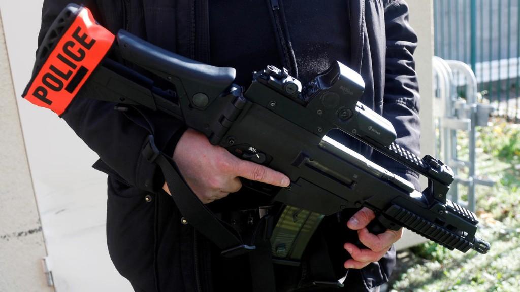 В Авиньоне мужчина попытался напасть с ножом на полицейских