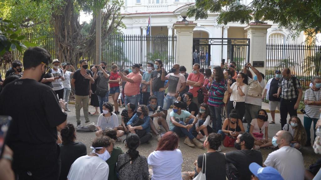 Cuba: après une nuit de protestations, 200 jeunes artistes se font entendre de l'Etat