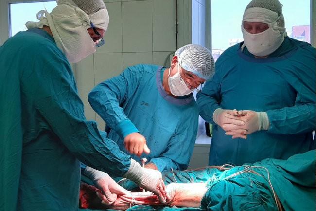 В Тюмени впервые заменили часть пораженной раком кости в ноге на протез