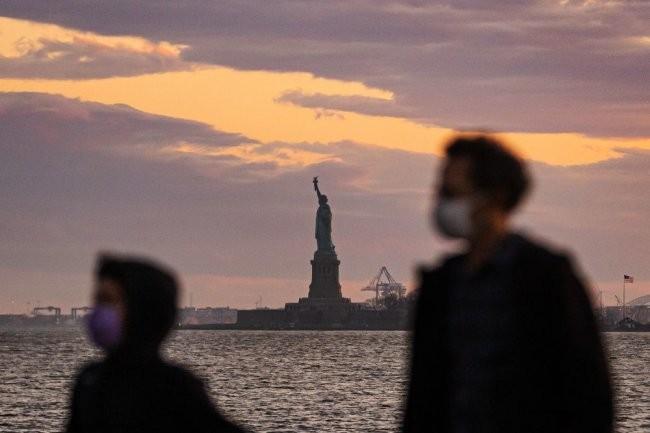 В США коронавирус вновь за сутки унес рекордное число жизней