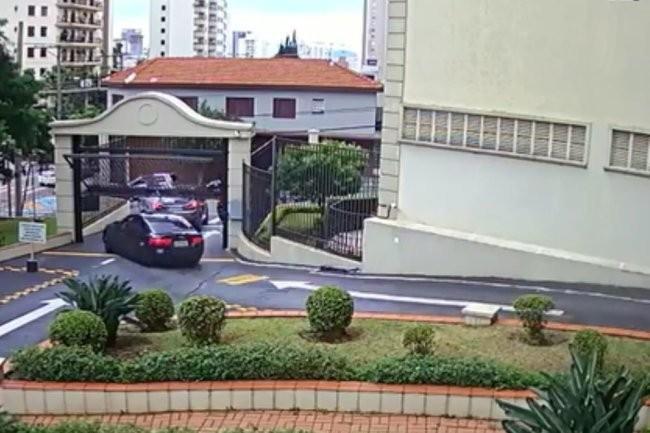 Видео: спешил проехать под опускающимися воротами и поплатился за это