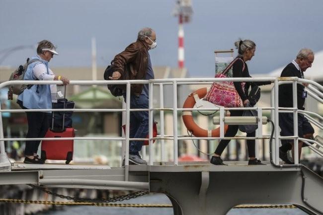Застрявших на круизном лайнере в Уругвае иностранцев эвакуируют чартером