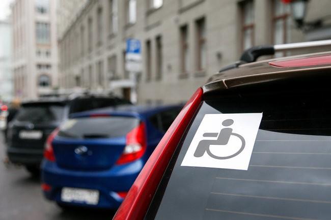 В Минтруде напомнили, как инвалидам получить право на льготную парковку