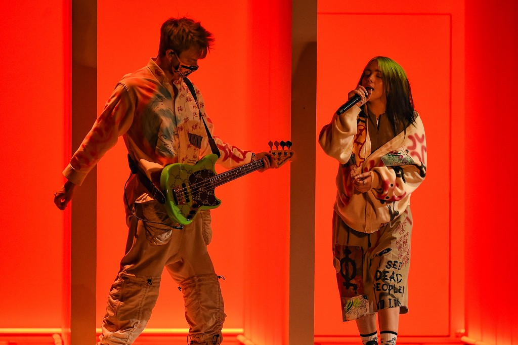 Billie Eilish Live Debuts Therefore I Am' at the 2020 AMAs
