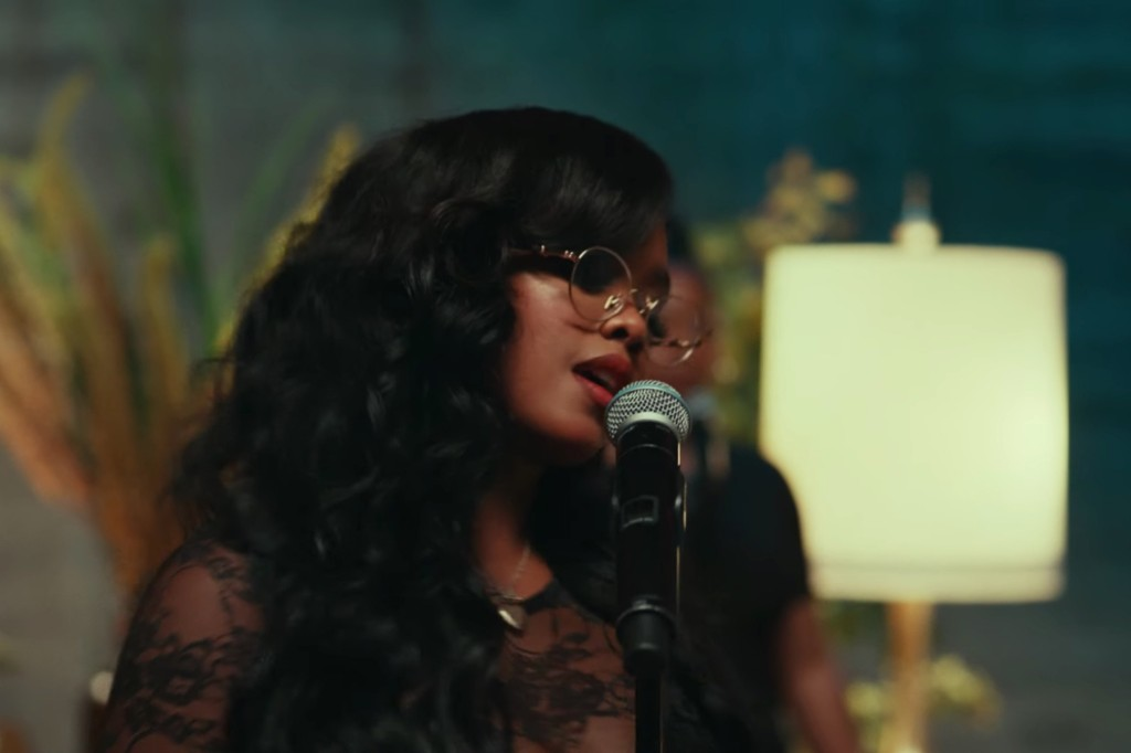 H.E.R. Performs at Los Angeles' Roxie Theatre in 'Damage' Video