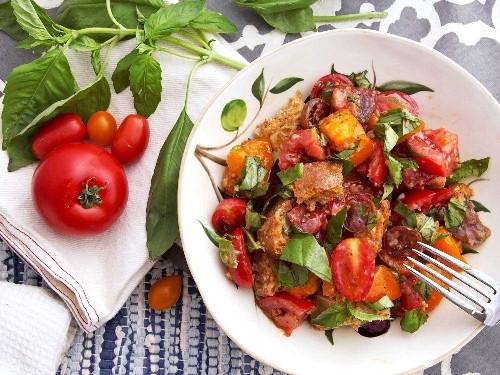 Classic Panzanella Salad (Tuscan-Style Tomato and Bread Salad) Recipe