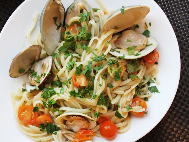 Clams with Linguini, Garlic, and Tomatoes Recipe