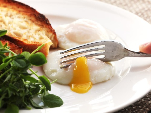 The Food Lab: How to Poach Eggs for a Party