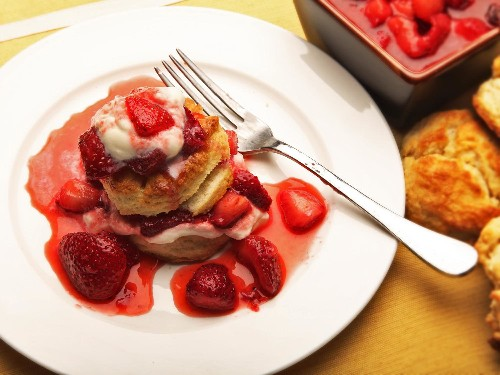 5 Ingredients and 10 Minutes = Awesome Strawberry Shortcake
