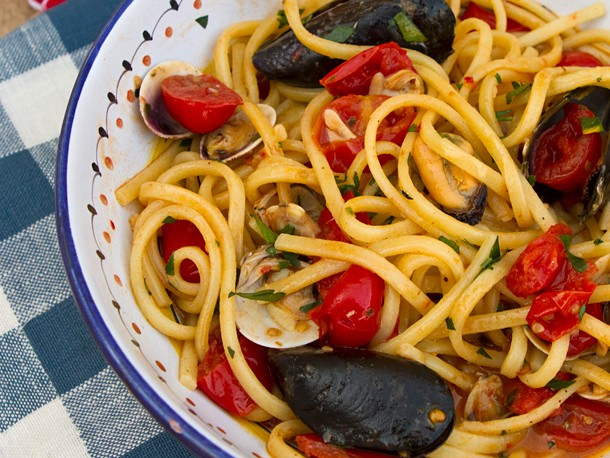 Spaghetti with Clams, Mussels, and Tomatoes Recipe