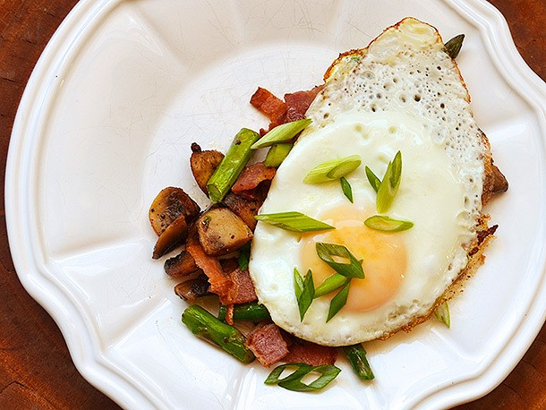 Sunday Brunch: Mushrooms, Bacon, and Asparagus Topped With Eggs