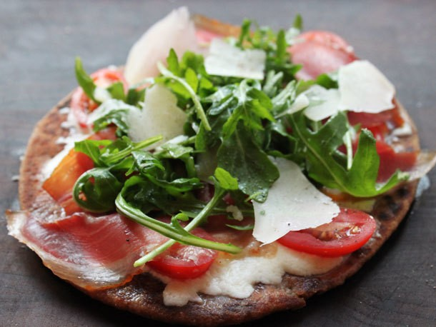 5-Minute Flatbread Pizza with Prosciutto, Arugula, and Mozzarella Recipe