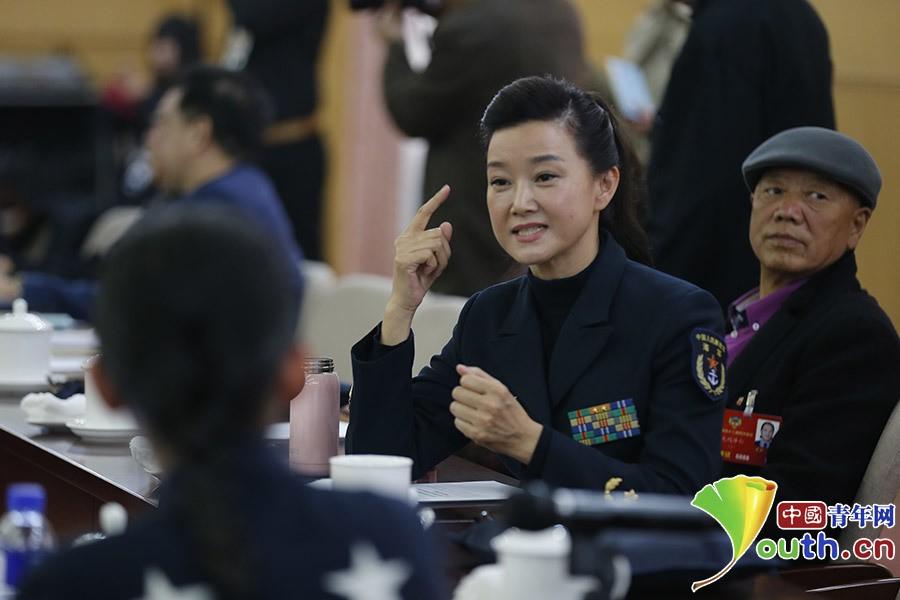 宋祖英熟练使用手语与邰丽华交流