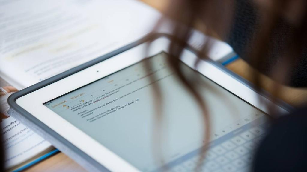 Bei Digitalunterricht: Staat muss Sozialleistung beziehenden Schülern Tablet bezahlen