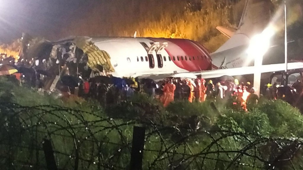 Flugzeug bei Landung in Indien verunglückt – mehrere Tote und Verletzte