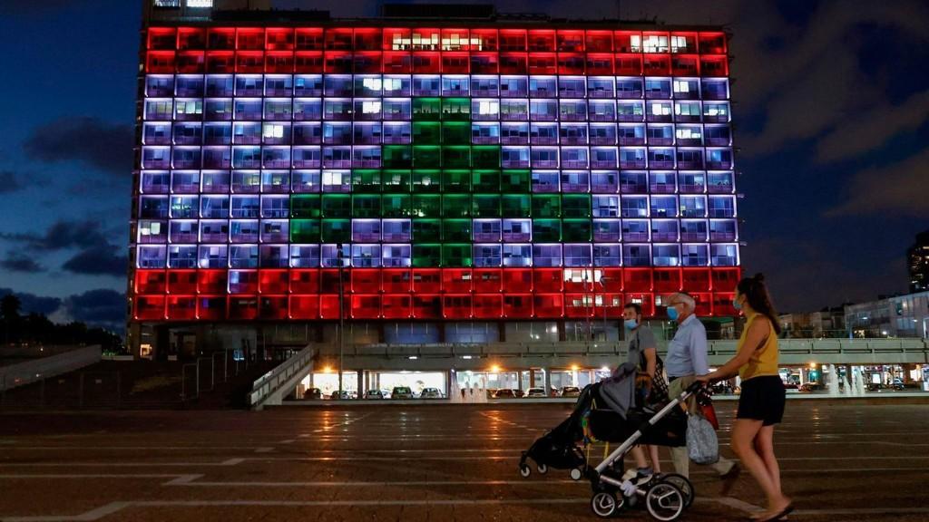 Geste der Solidarität: Die libanesische Fahne erstrahlt auf dem Rathaus von Tel Aviv