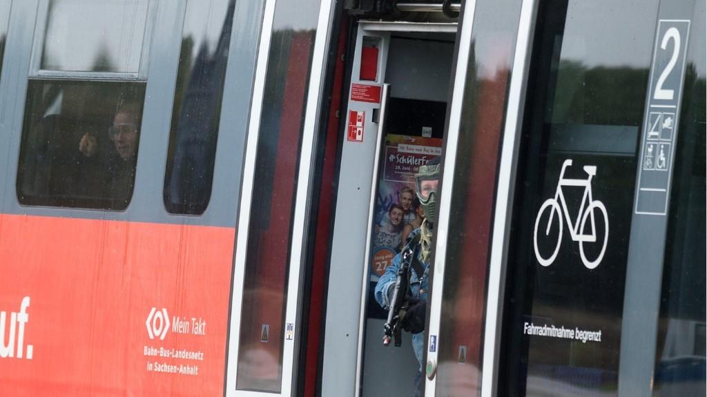 """Weil er kein Ticket hatte: """"Schwarzfahrer"""" schlägt im Zug auf Bundespolizisten ein und flüchtet"""