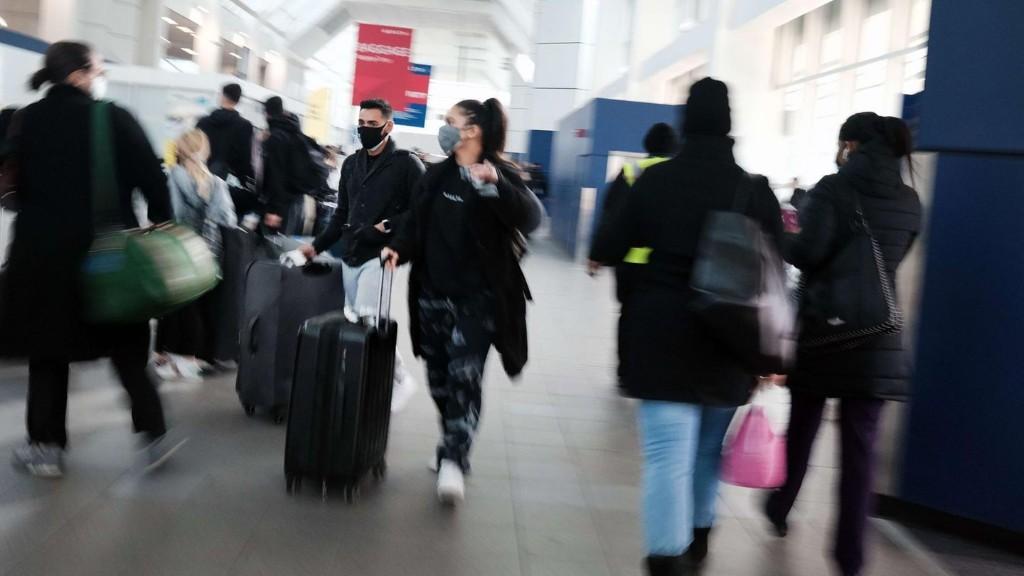 Volle Flughäfen trotz hoher Coronazahlen: Millionen US-Bürger reisen zu Thanksgiving