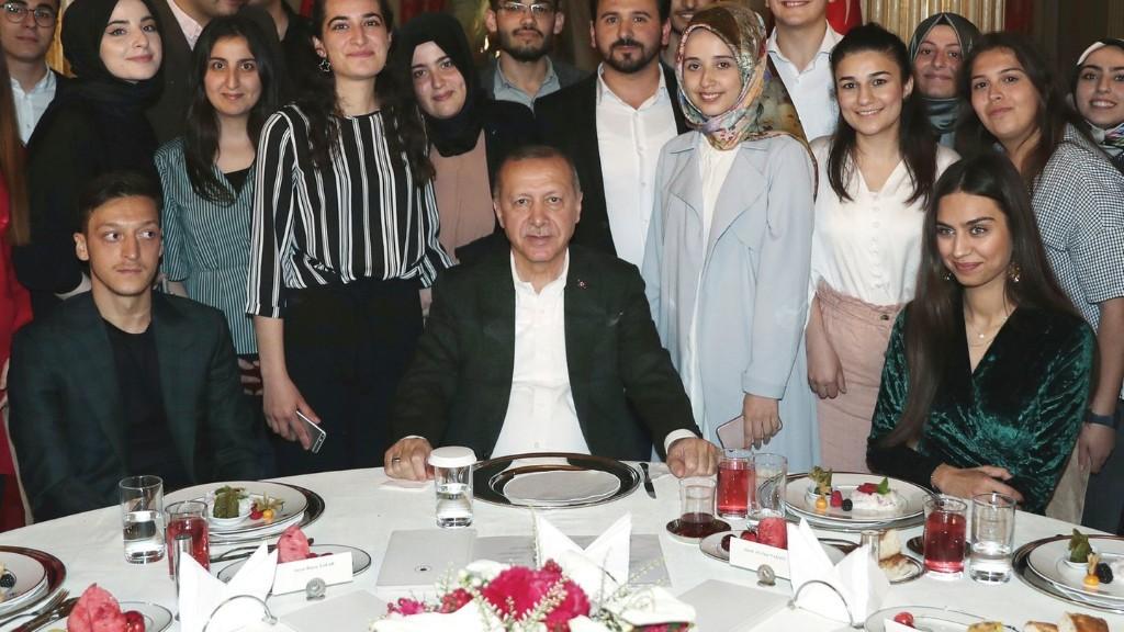 Erneuter Besuch bei Erdogan: Mesut Özil und seine Verlobte zu Gast in Istanbul