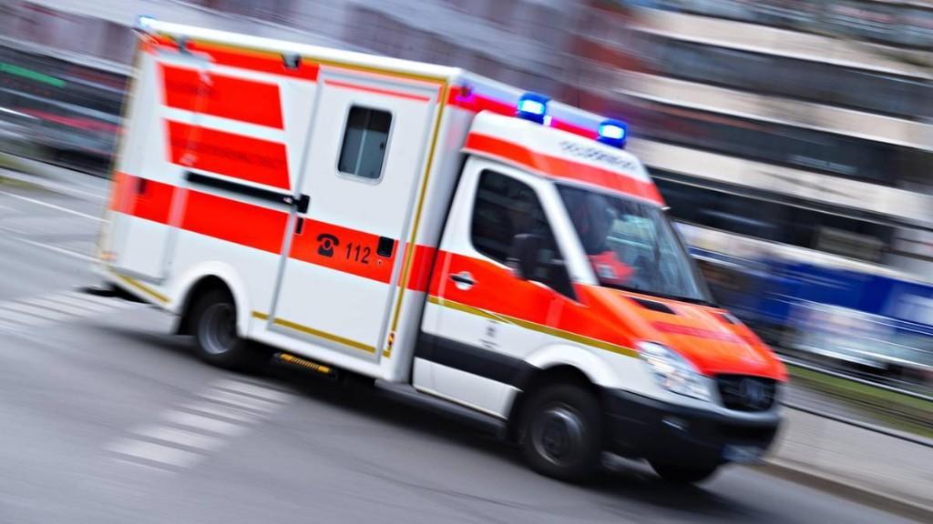 Rentner rast mit Auto auf Restaurant-Terrasse - drei Menschen schwer verletzt
